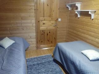 Jukka-mökin yläkerran makuuhuone, Sorjosen lomamökit Sulkava