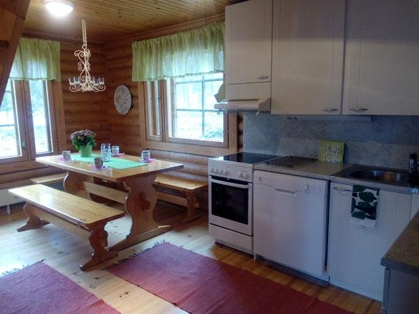 Tuula-mökki keittiön katettu pöytä, Sorjosen lomamökit Sulkava
